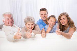 Gut gelaunte 3-Generationen Familie auf Couch