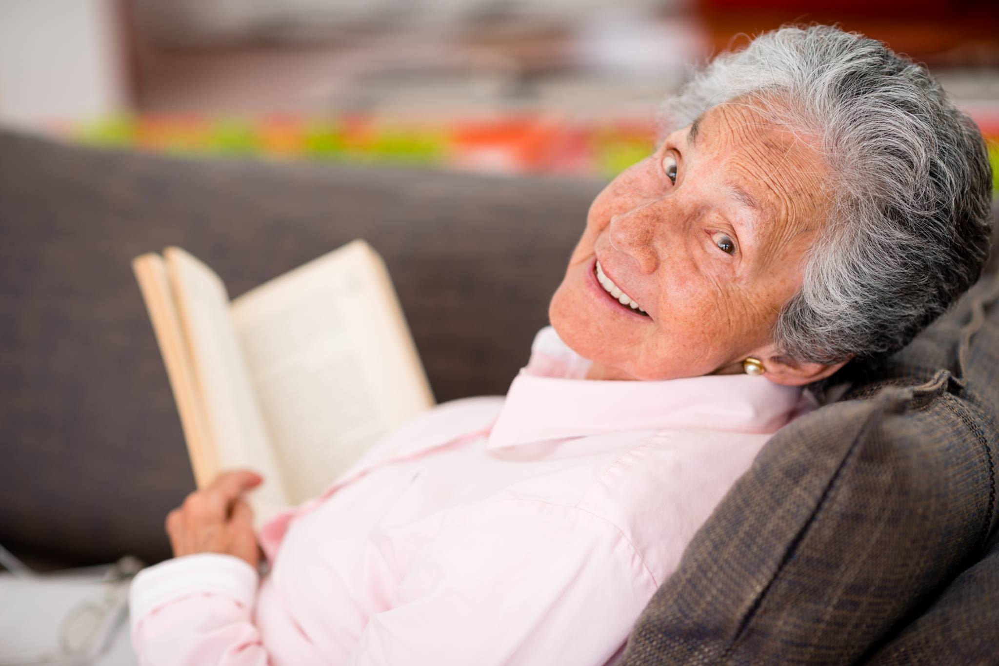 Glückliche Seniorin mit Buch