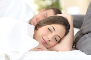 Glückliches Paar schlafend im Bett