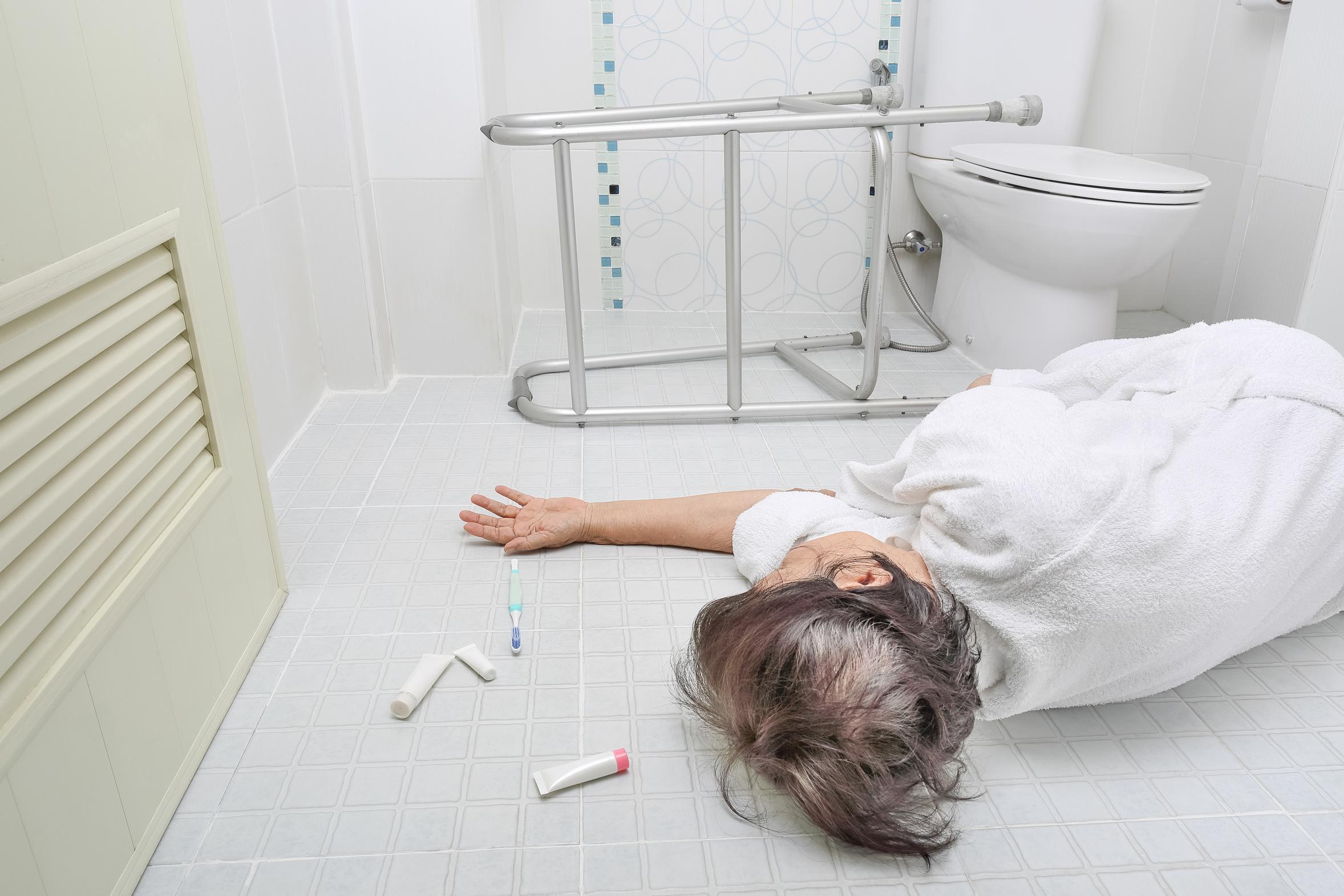 Seniorin liegt bewusstlos im Badezimmer