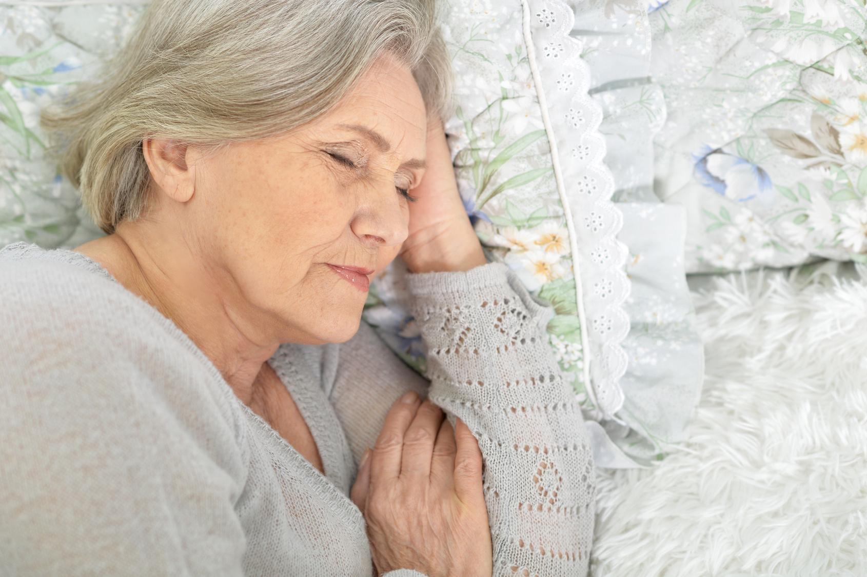 Schlafende Seniorin