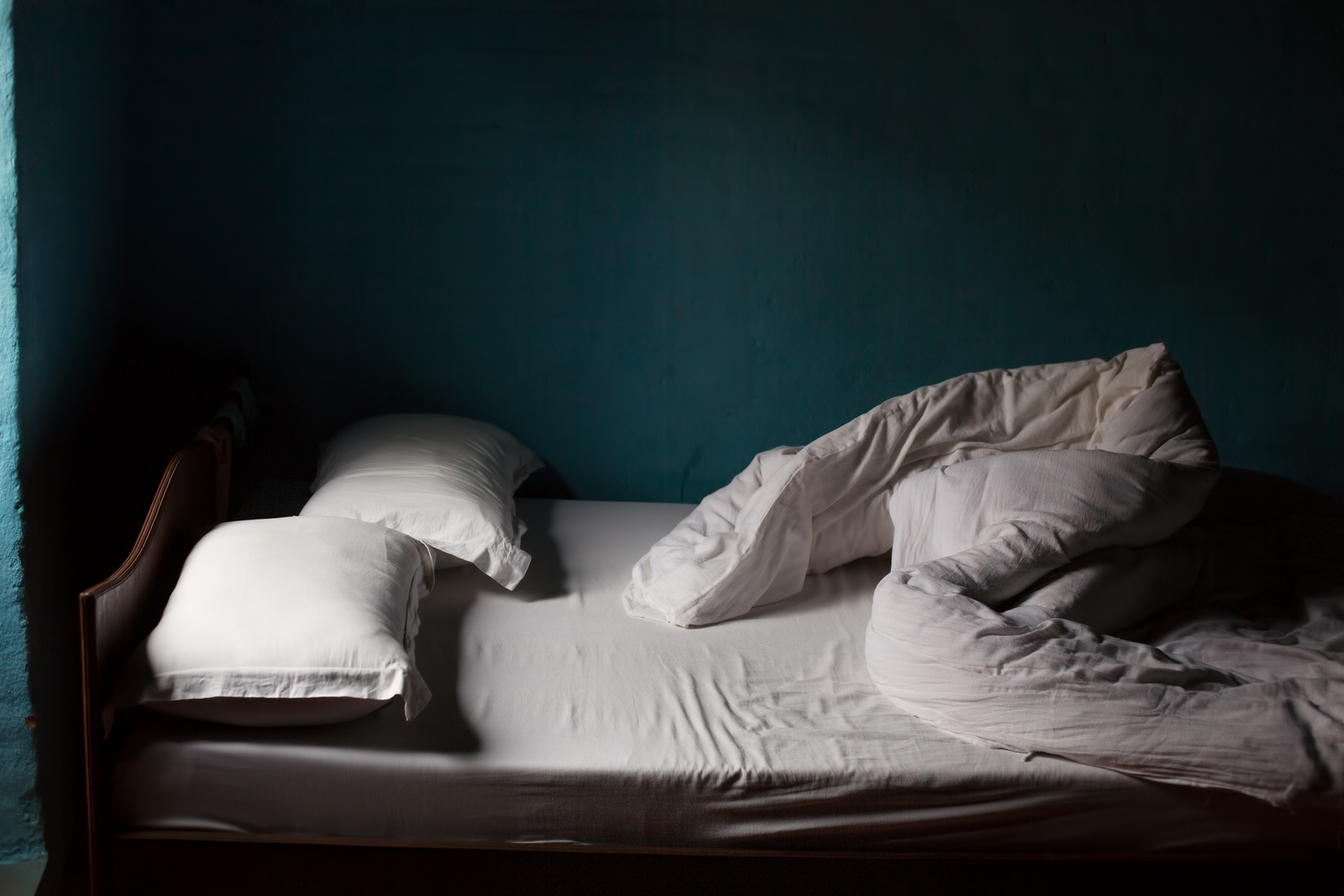 Verlassenes Bett bei Nacht