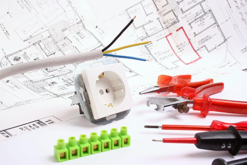Plan und Werkzeuge für Elektriker