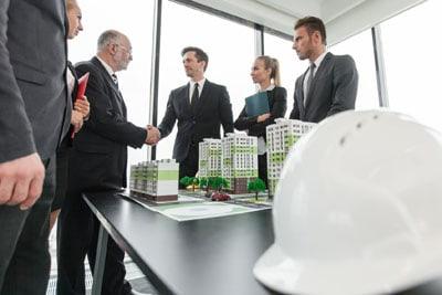 Besprechung mit Investoren und Architekten