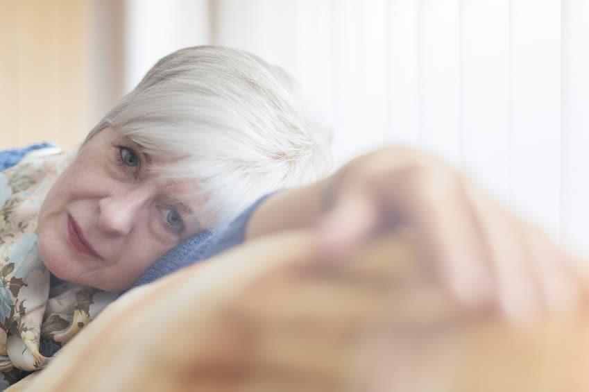 Erschöpfte Seniorin auf Sofa