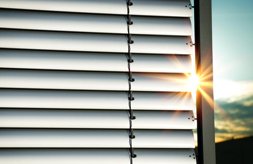 Jalousie verhindert Sonneneinstrahlung