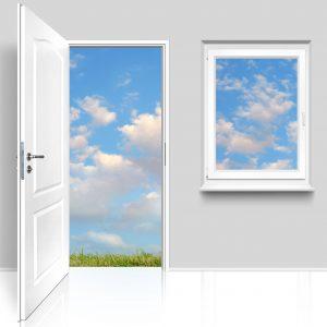 Offene Tür und Fenster