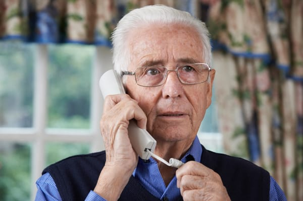 Besorgter Senior am Telefon