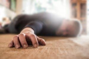 Senior liegt bewusstlos in Wohnung