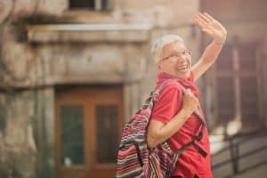 Seniorin winkt zum Abschied